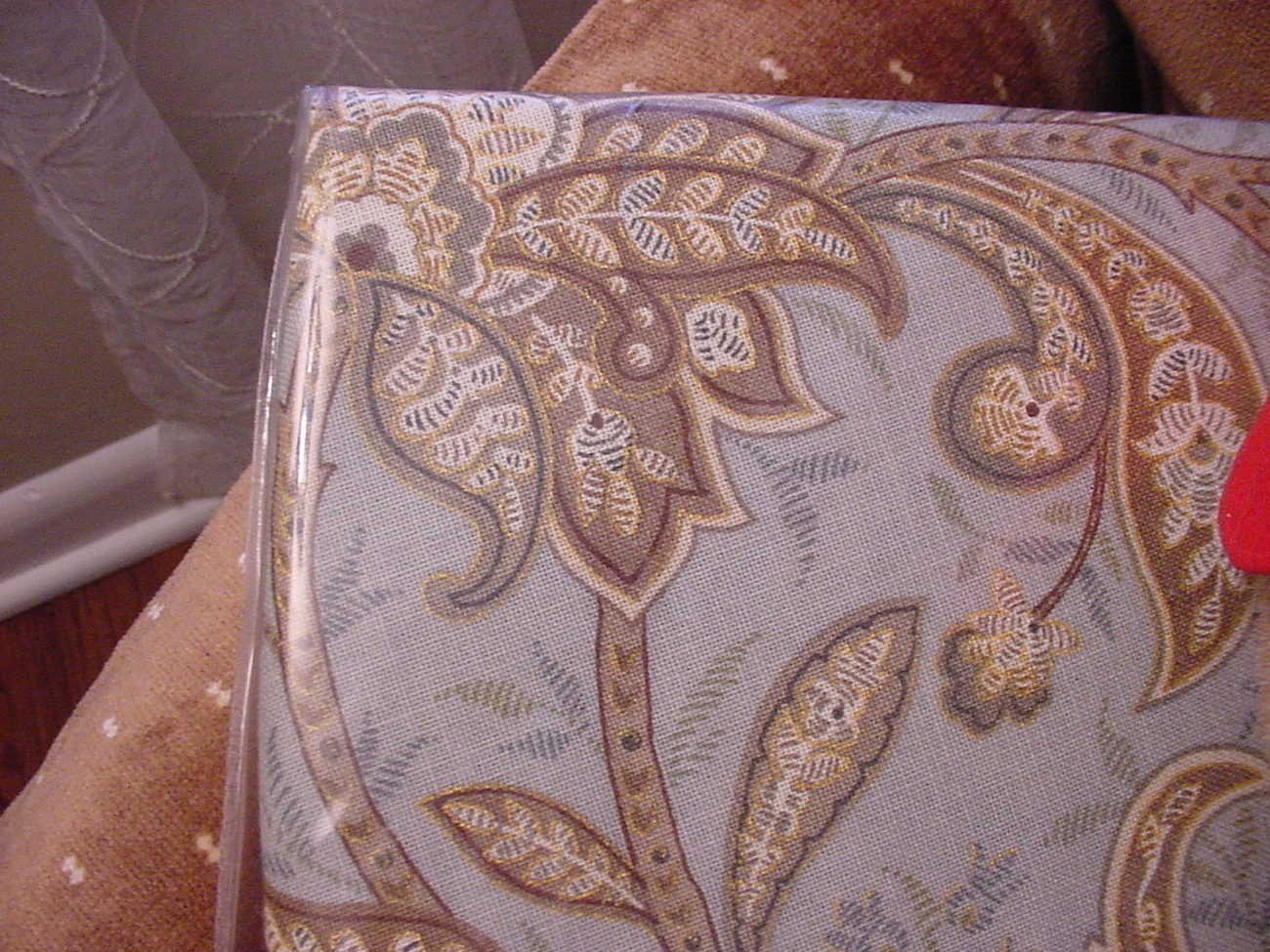 New Listing Tahari Home Floral Paisley Tablecloths Assorted Sizes Oblong and Round blu.. This is a beautiful Floral Paisley Tablecloth from Tahari. The design in the tablecloth is a floral paisley in shades Gray and Light Gold on a White background.