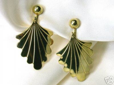 Vintage Graceful Goltone Dangling Shell Clip Earrings