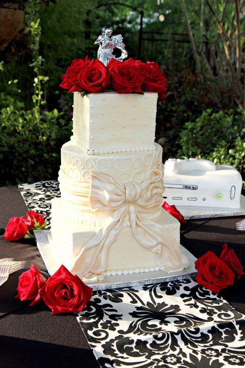 Cake with table runner onyx