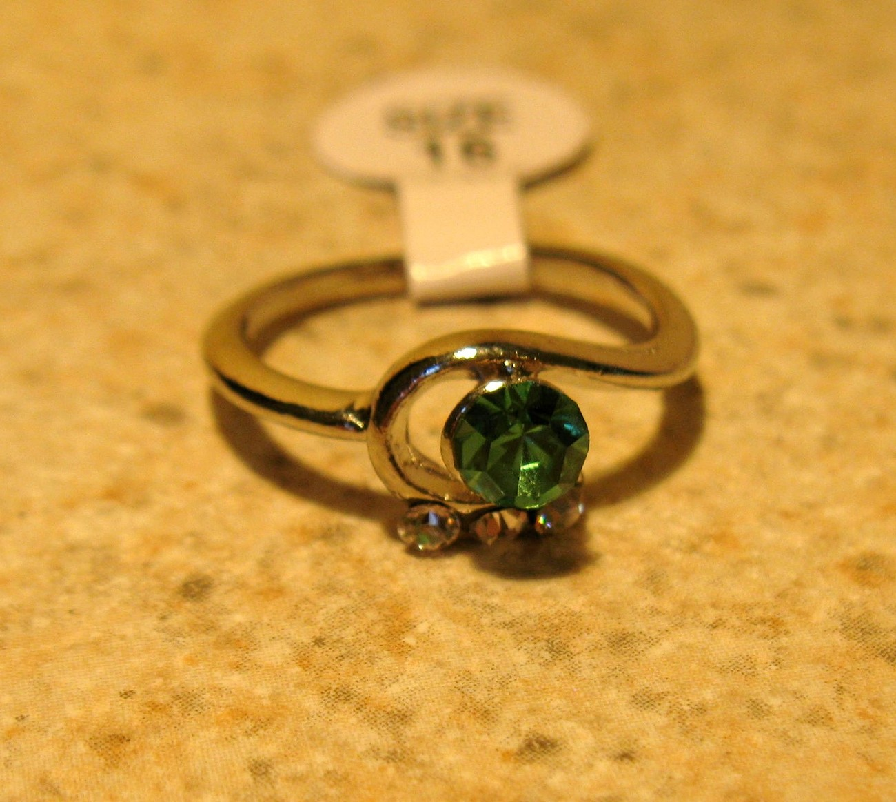 Primary image for RING WOMEN'S FAUX GREEN PERIDOT SWIRL RING SIZE 6 NEW #248