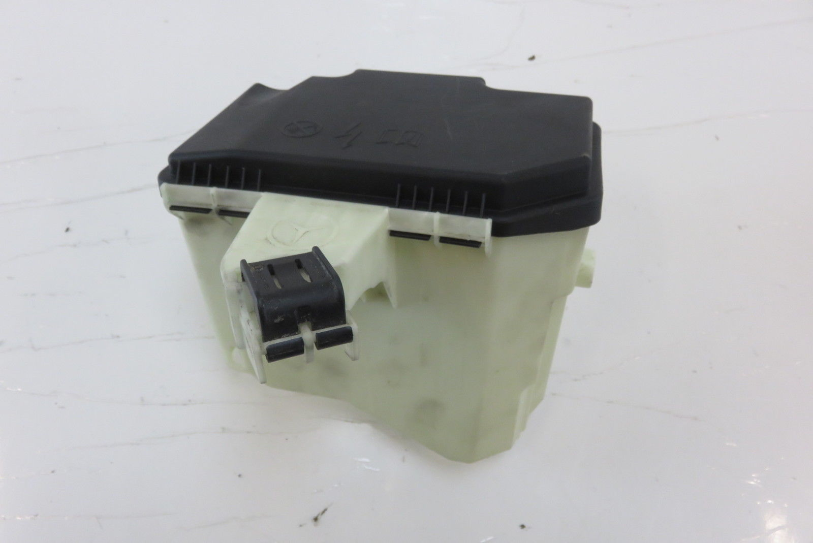... Mercedes W222 S550 fuse box housing w/cover 2225400024 2225400082