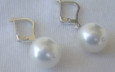 White pearls earrings