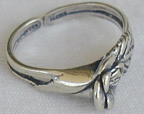 Flower with a leaf toe ring