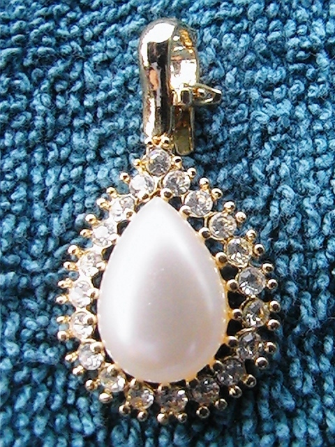 Vintage tear drop faux pearl with rhinestone pendant