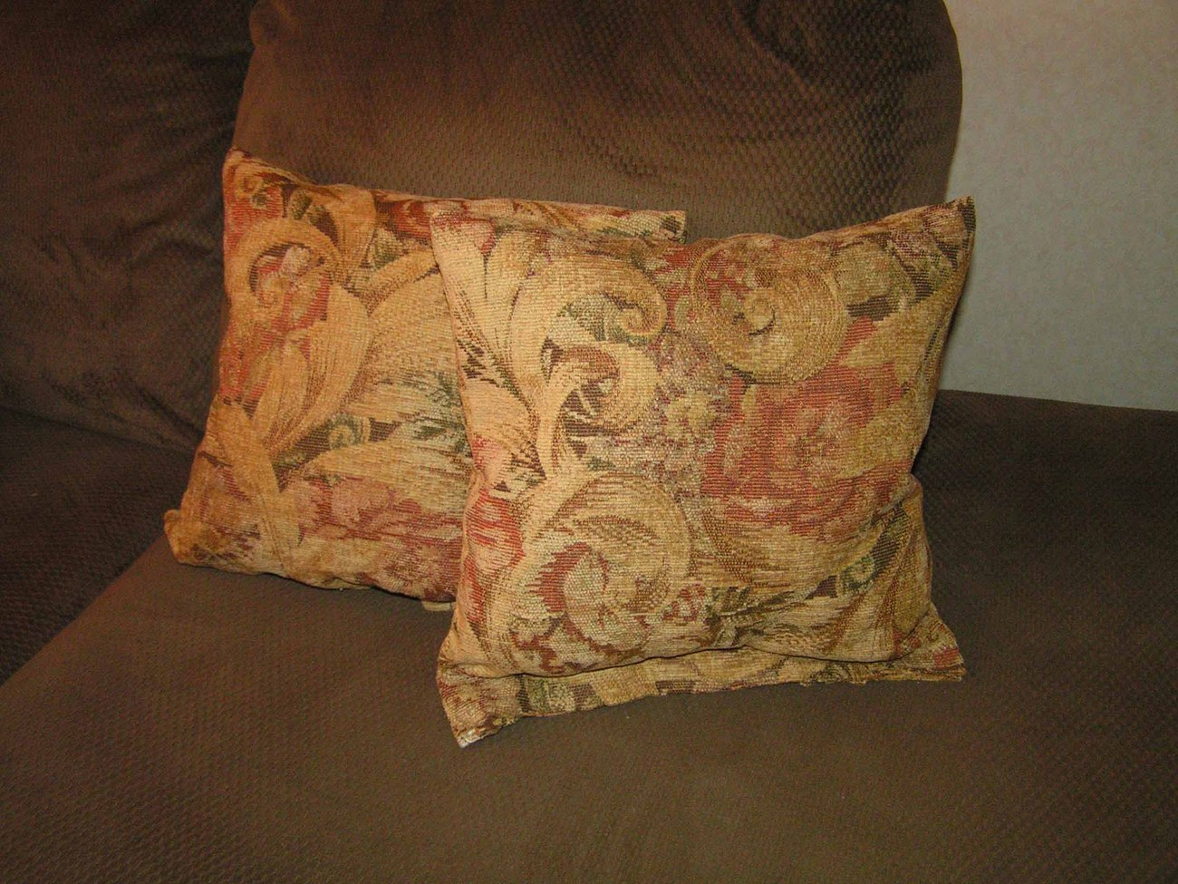 2 chenille pillows size 18 x 18 great for sofa or bed heavy weight material