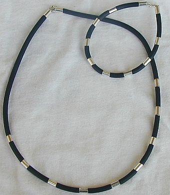Black caucciu necklace and bracelet