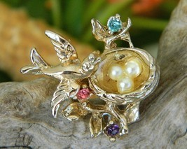 Vintage Bird In Nest Brooch Pin Faux Pearl Eggs Rhinestones - €15,95 EUR