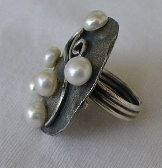 6 white pearls ring