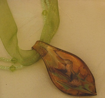 Goldgreen glasspoint greenribbonbead choker close2