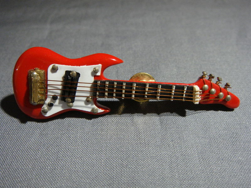 RED FENDER STYLE ELECTRIC GUITAR TIE TACK LAPEL PIN