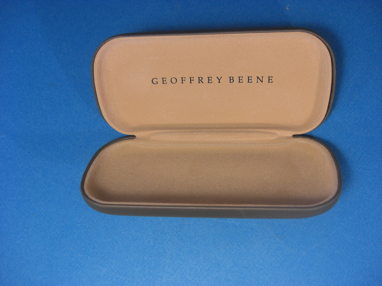 Geoffrey Beene Sunglasses Gray Clam Shell Hard Case