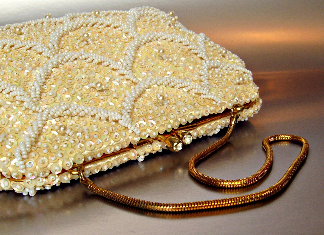 Vintage evening bag - heavy hand beading, sequins. 1950, 1960. Rhinestone clasp.
