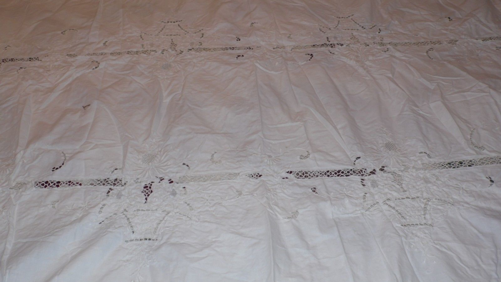 VINTAGE EMBROIDERED OBLONG TABLECLOTH FLORAL BOUQUET DESIGN ARTICULATED 90X61