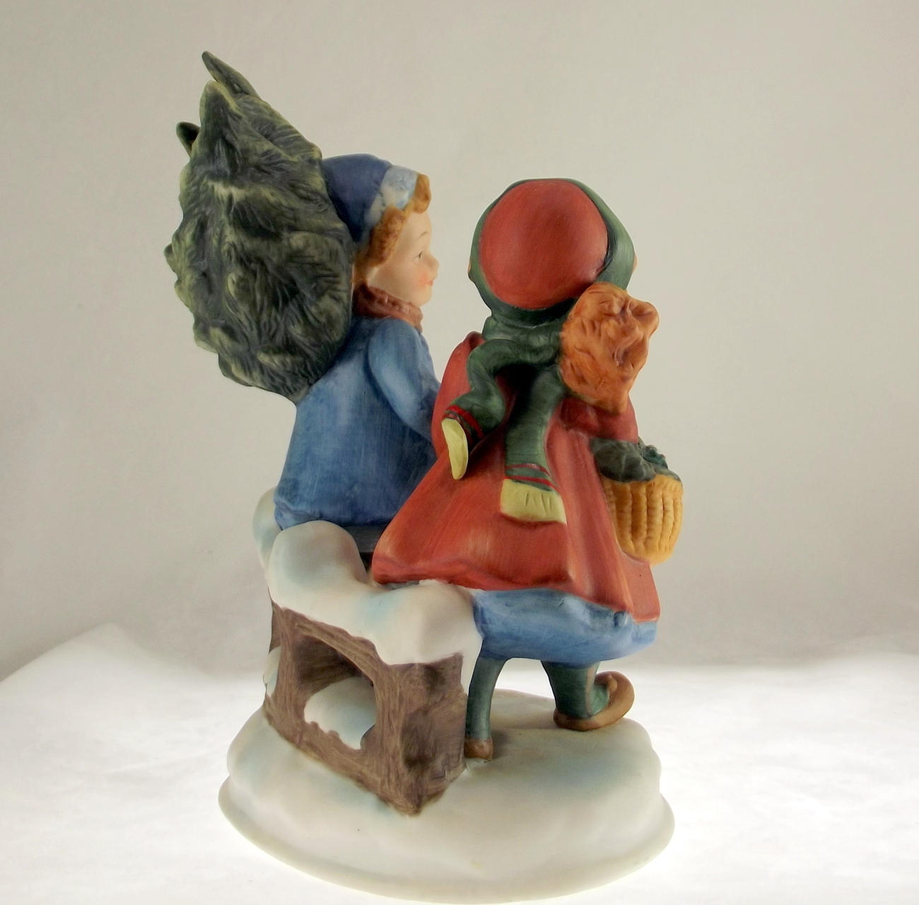 Avon porcelain figurine Christmas Memories series 1981 First Edition