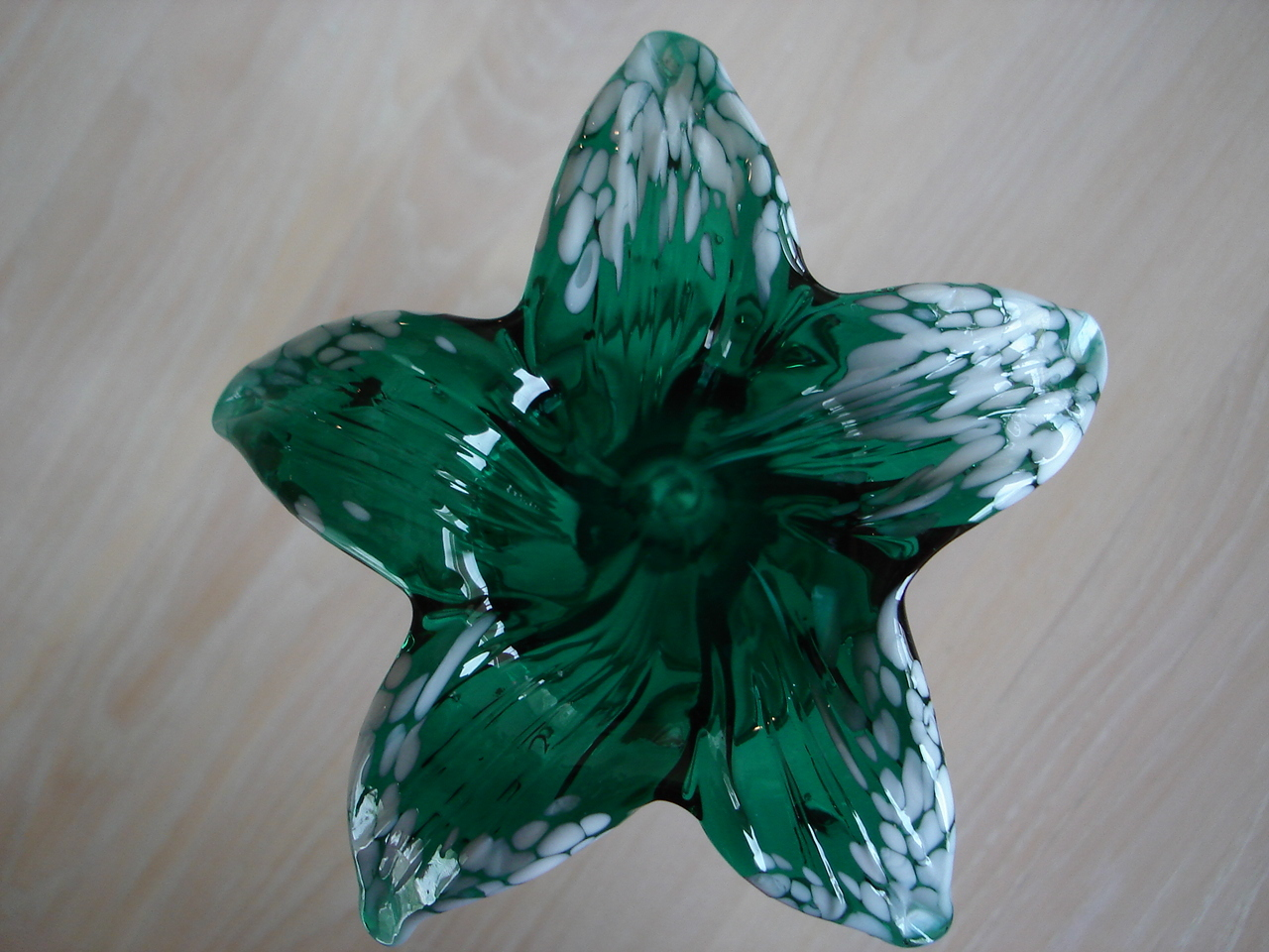 Studio Art Glass Dark Green White Drip Petals Lily Flower Bud Vase,Circular Stem