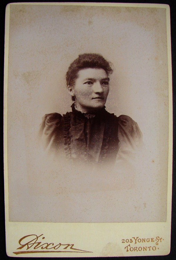 ANTIQUE CABINET CARD YOUNG LADY PORTRAIT LUCKY BROOCH