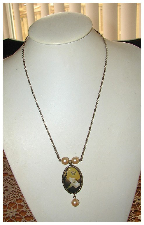 VINTAGE GORGEOUS CALLA LILY & BUTTERFLY PEARL NECKLACE
