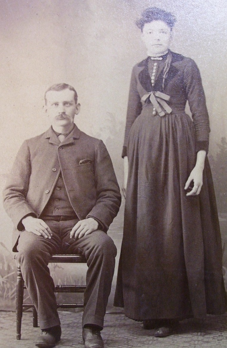 Cabinet Card Neat Couple Wife w/Long Arms & Legs! c.1866-80