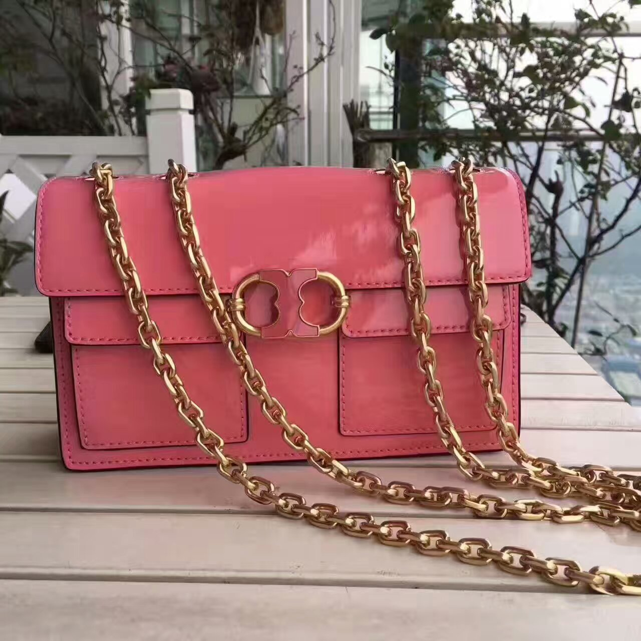 5014112e110 Mmexport1493645158845. Mmexport1493645158845. Previous. New Tory Burch  Gemini Link Patent Chain Shoulder Bag