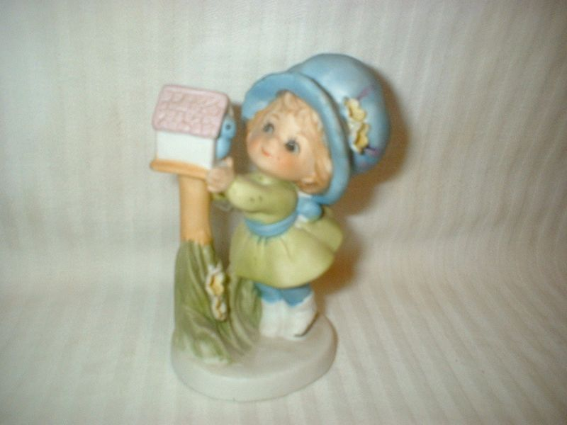 Porcelain Figurine Girl Peeking Into Birdhouse Precious Moments 8819?