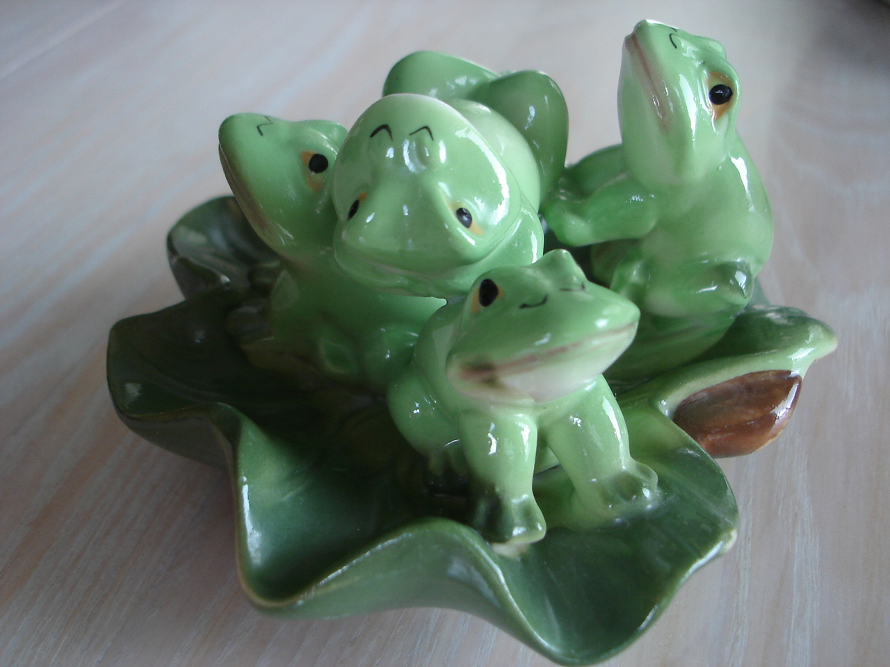 Vintage Pottery 4 Frogs On Lily Pad Figurine