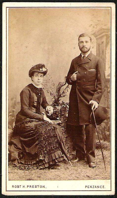 ANTIQUE CARD DE VISITE ELEGANT COUPLE DRESS HATS & CANE