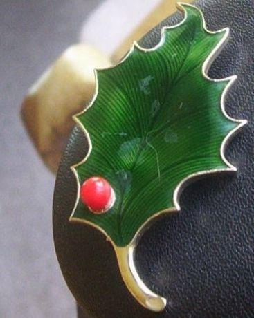 Vintage holiday pin no 1