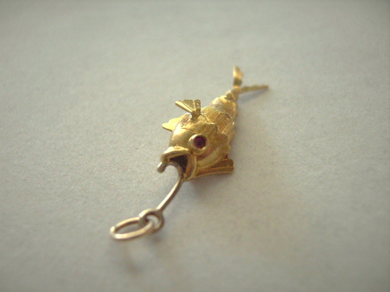 18k gold movable hinged fish fish hook ruby eyes 3d for Fish eye hook