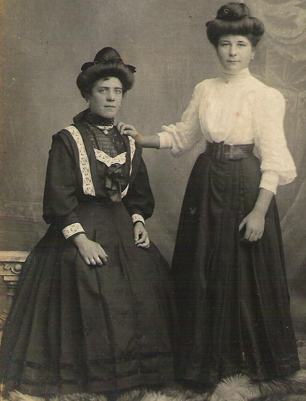ANTIQUE RPPC ELEGANT DRESSED WOMEN PHOTO POST CARD