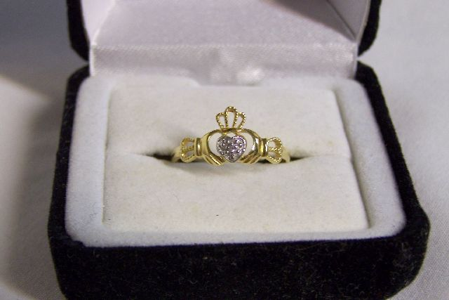 NEW 10K YELLOW GOLD CLADDAUGH RING, SIZE 7 w/DIAMOND CHIP