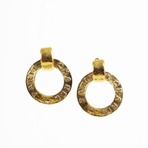 VINTAGE Chanel Gold Tone Metal Logo Hoop Clip On Earrings - $10.208,64 MXN