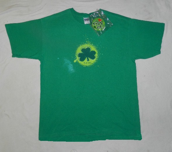 St Patricks Day Large Green Tee with KISS ME Badge NWOT