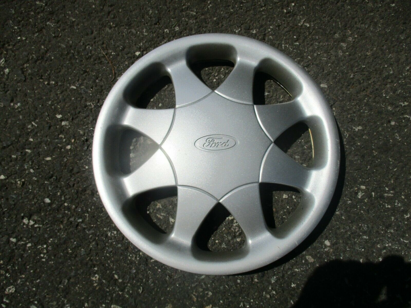 genuine 1996 to 1998 Ford Taurus 15 inch hubcap wheel cover