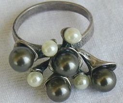 Brown  and white grapes ring thumb200
