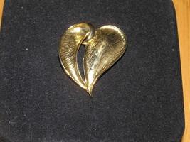 Vintage Slanted Curly Swirl Center Slit MODERNIST Goldtone HEART Pin Bro... - $8.59