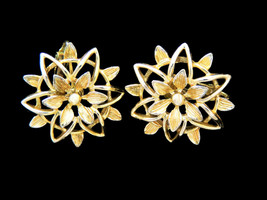 Vintage Sarah Coventry gold tone flower Peta-Lure clip on earrings from ... - $8.86