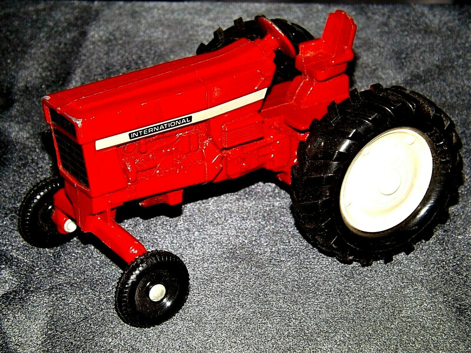 Die-cast  International Tractor Red AA19-1515 Vintage