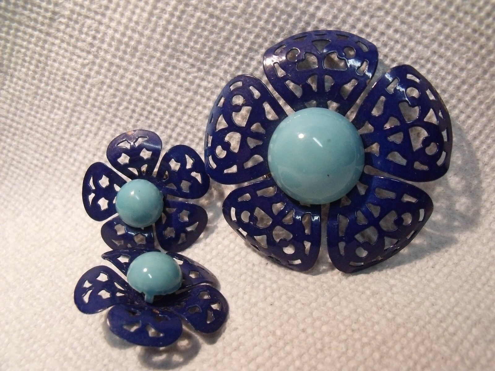 RETRO 60'S TWO TONE BLUE ENAMELLED METAL FLOWER PIN AND CLIP ON EARRINGS SET