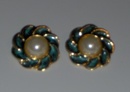 ~LOVELY~Enameled Emerald Green Faux Pearl Flower~Gold Clip On Earrings~EXC COND~ - $4.88