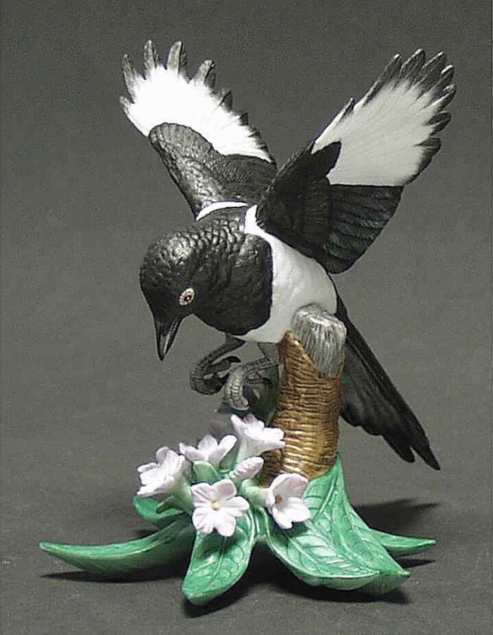 THE LENOX GARDEN BIRD COLLECTION Black Billed Magpie (Fine Porcelain 2002)