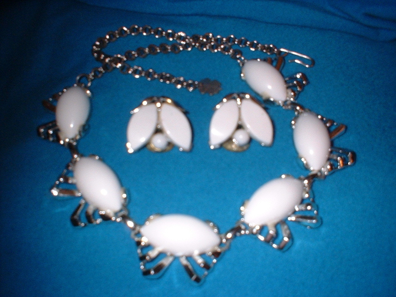 Thrmoset white necklace and earrings front