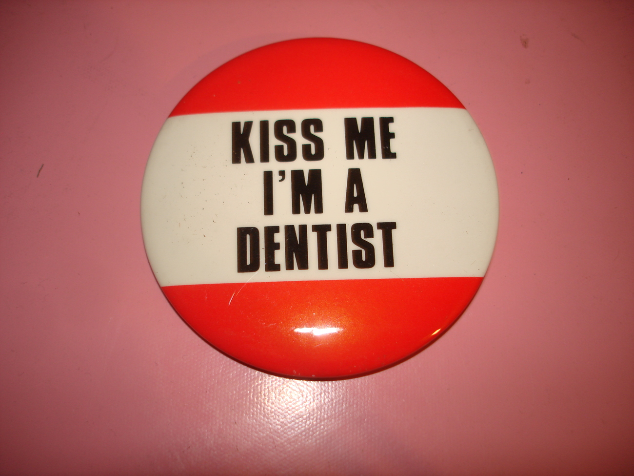 KISS ME I'M A DENTIST PINBACK BUTTON PIN WEAR ON YOUR BIRTHDAY OR  ANYTIME 1980