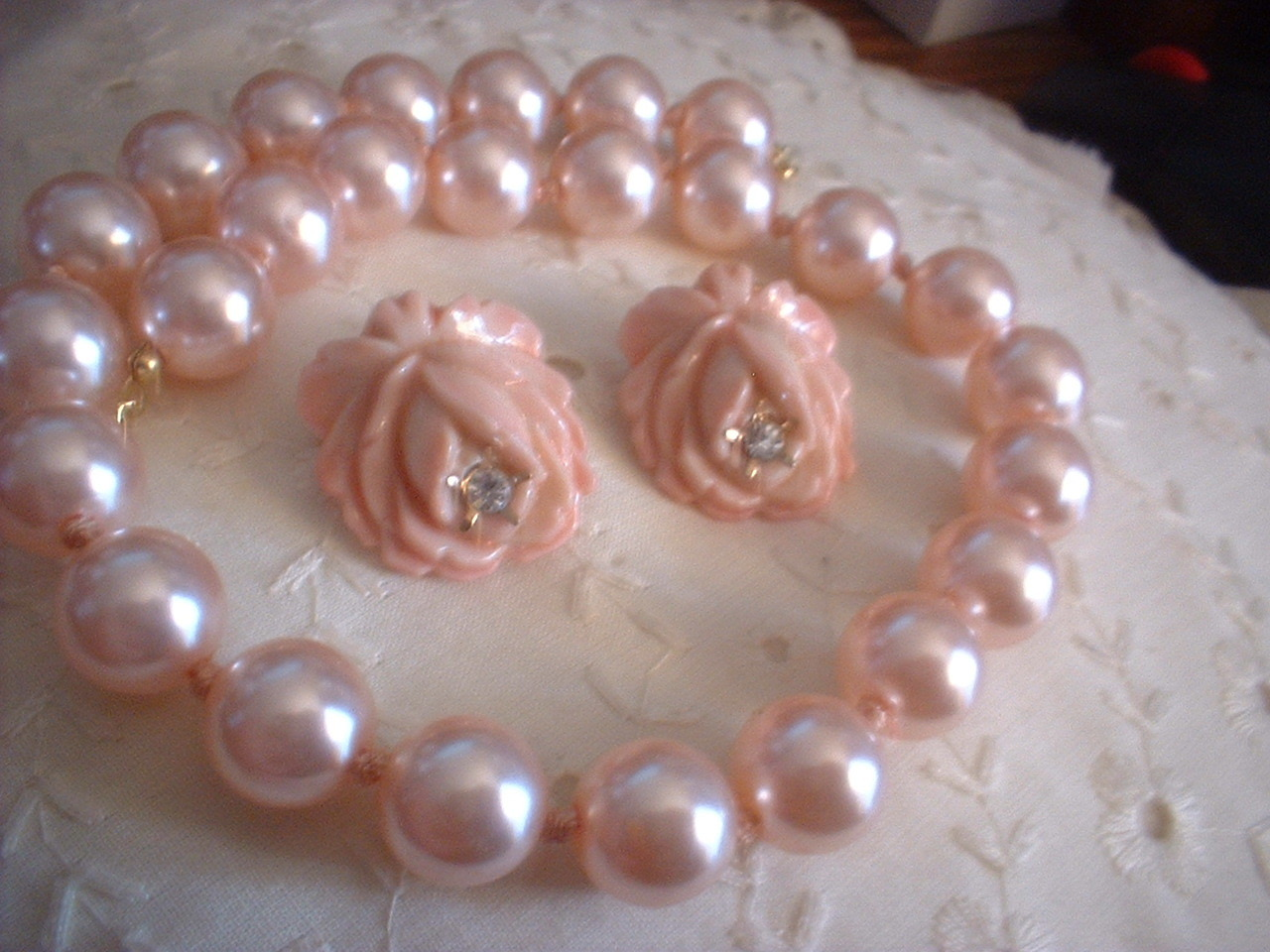 Plastic necklace rose earrings