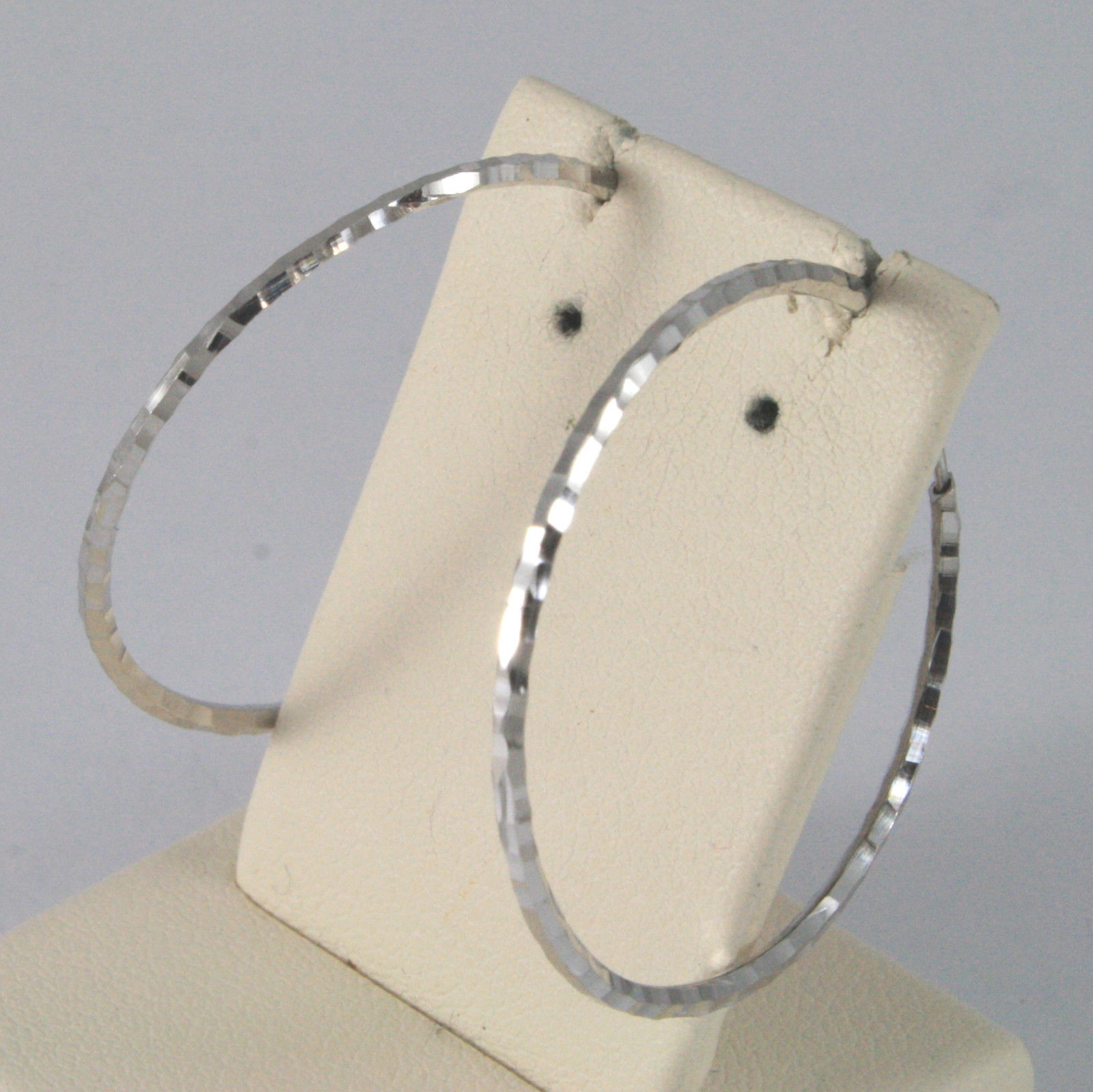 SOLID 18KT. WHITE GOLD CIRCLE HAMMERED EARRINGS DIAMETER 1,1 IN MADE IN ITALY.
