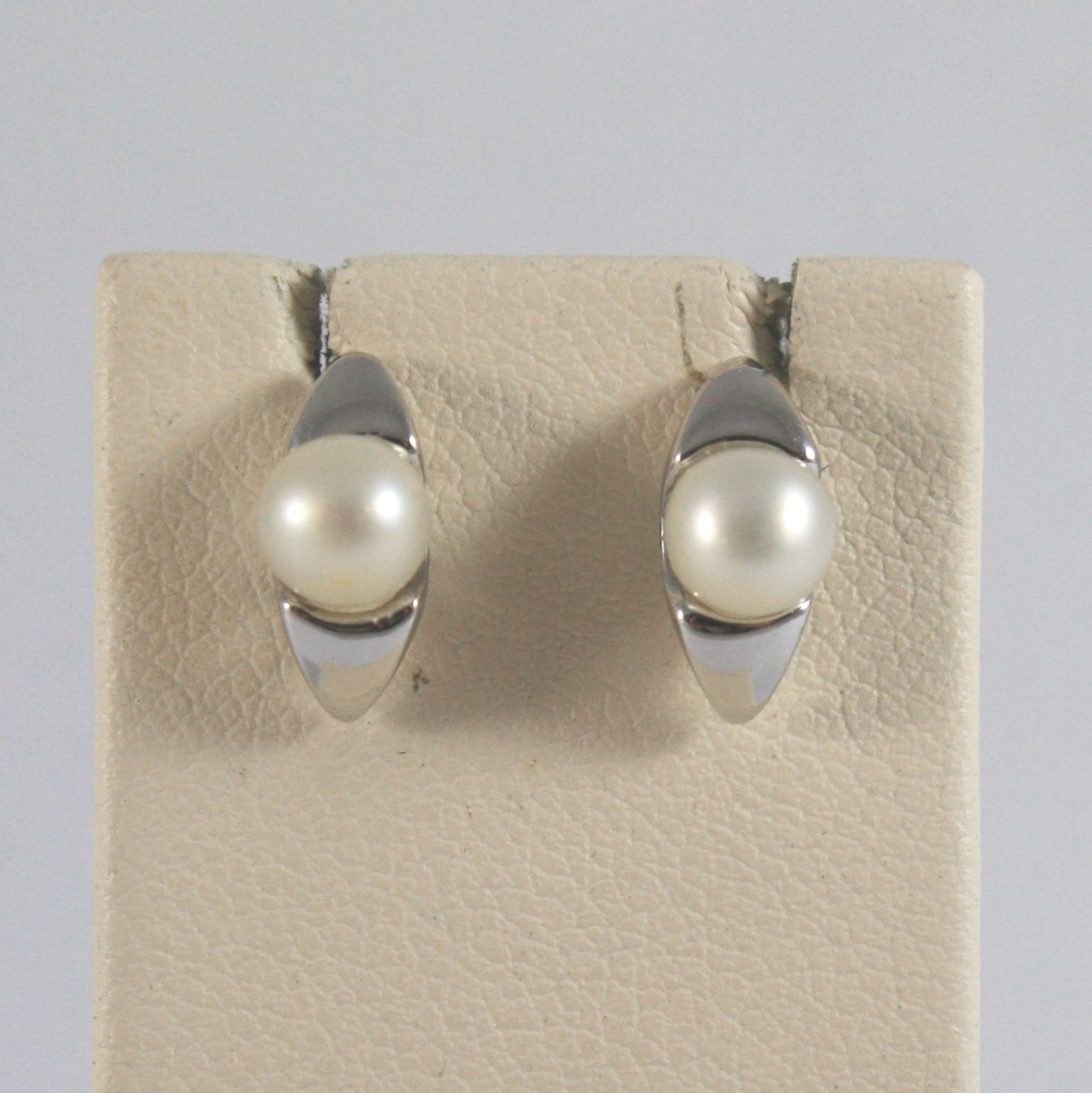 White Gold Earrings 750 18k stud with small white pearls