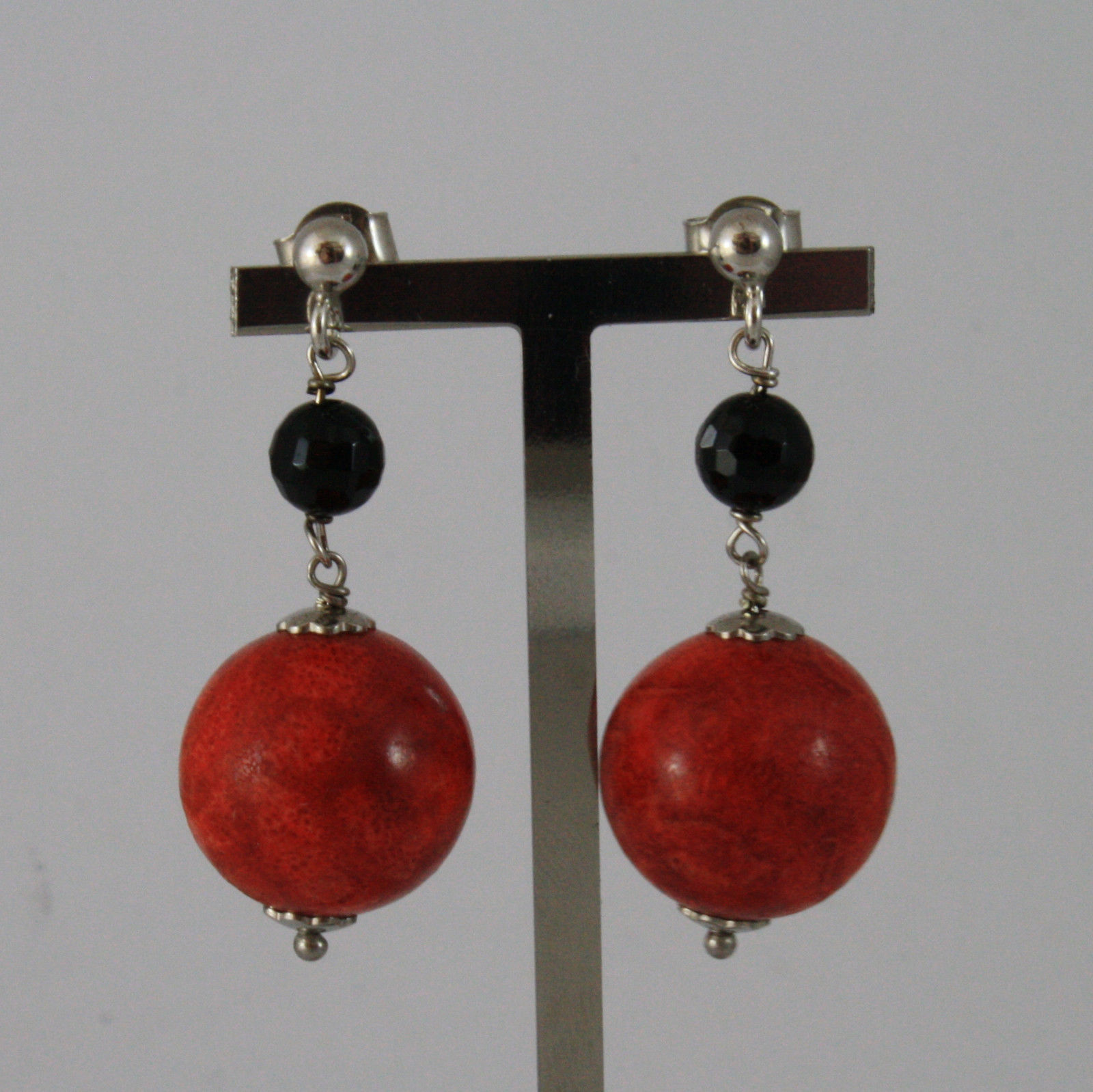 .925 SILVER RHODIUM EARRINGS WITH RED MADREPORA AND BLACK ONYX LENGTH 1,6 IN