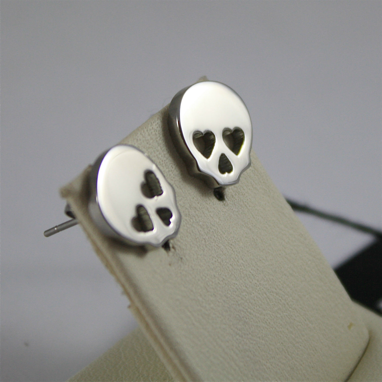 S'AGAPO' EARRINGS, 316L STEEL, SKULLS WHIT HEARTS IN THE EYES, FACETED CRYSTALS.