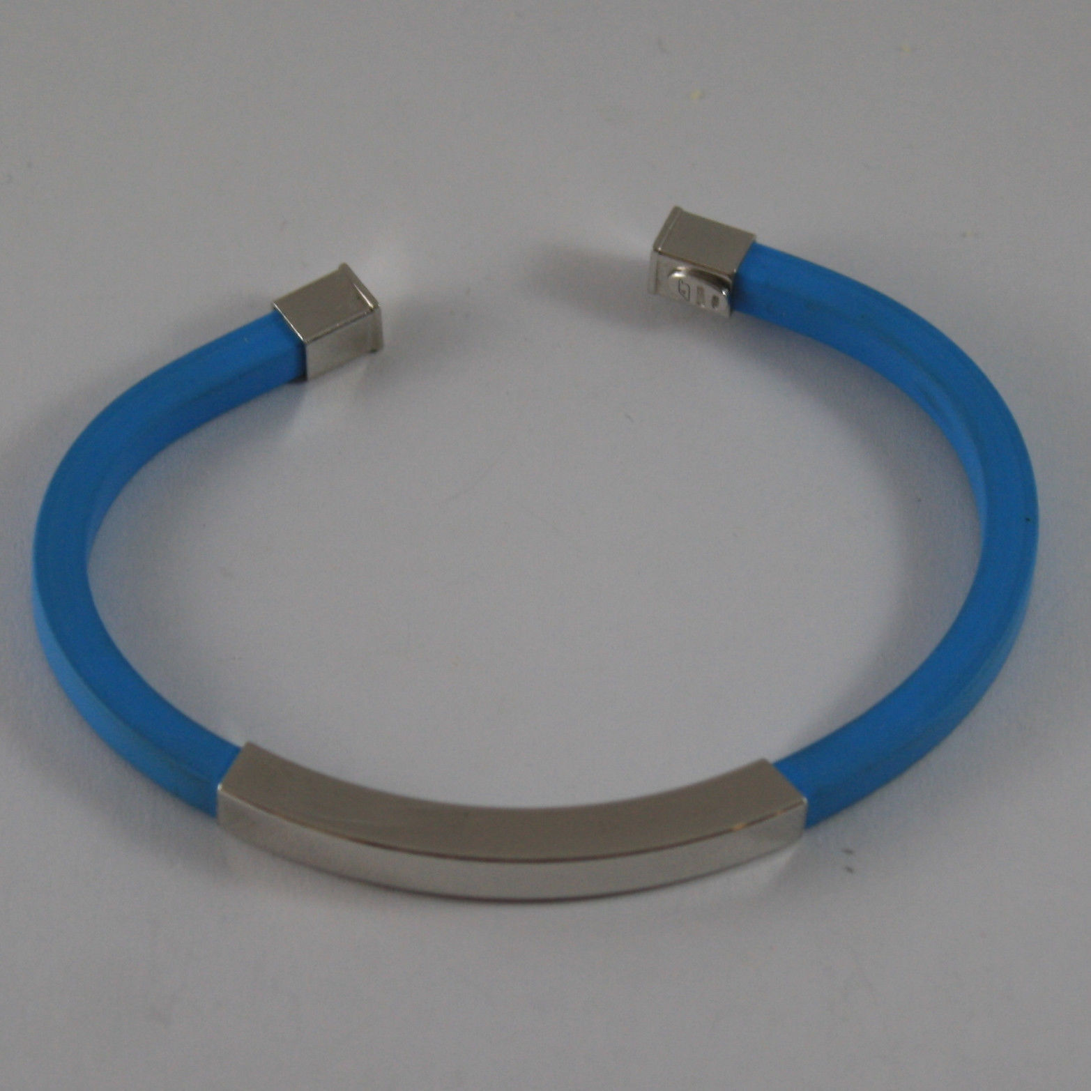 .925 RHODIUM SILVER RIGID BRACELET WITH BLUE RUBBER AND PLATE