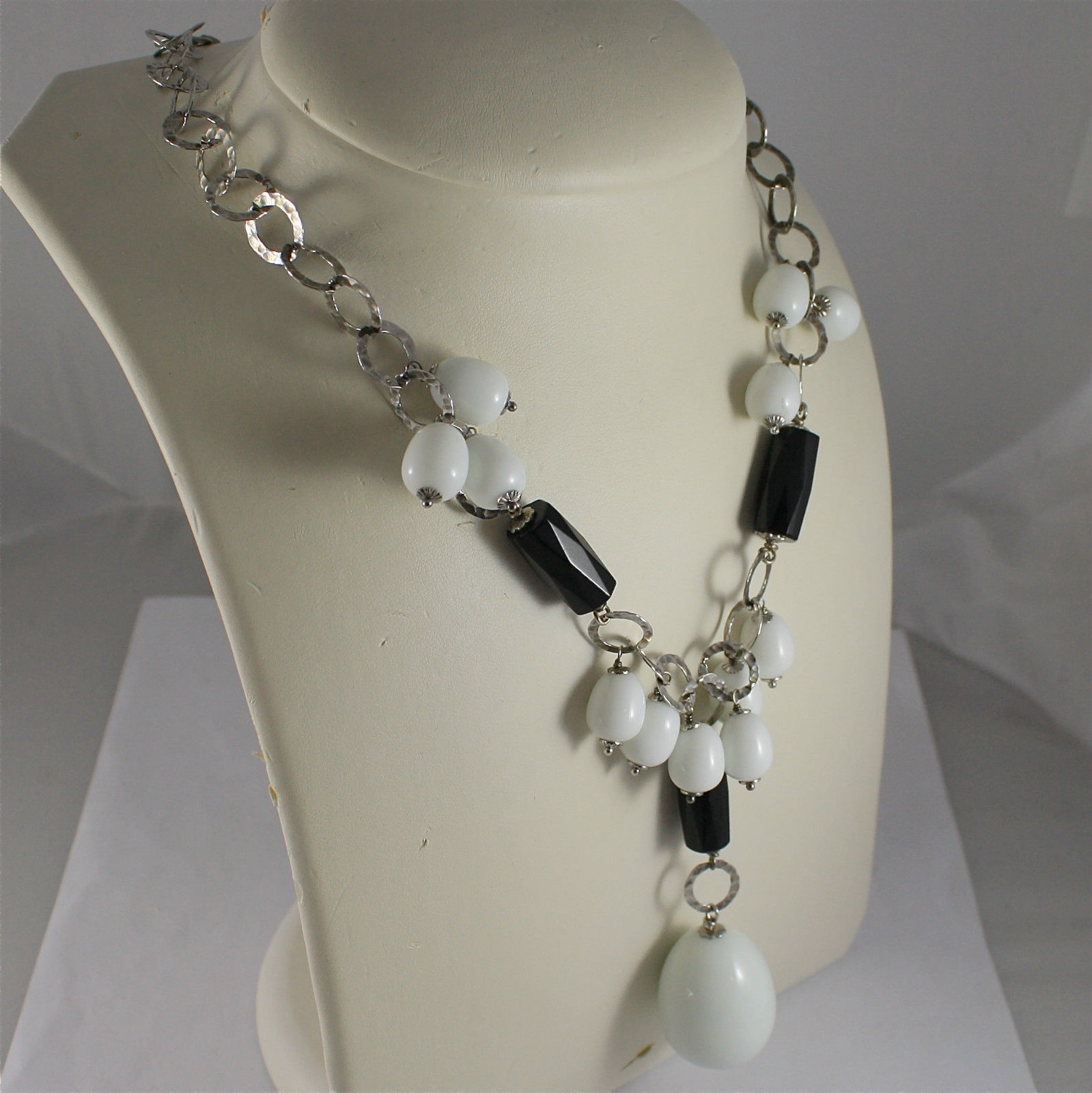 .925 RHODIUM SILVER NECKLACE, BLACK ONYX, WHITE AGATE, CENTRAL CLUSTER, DROP.