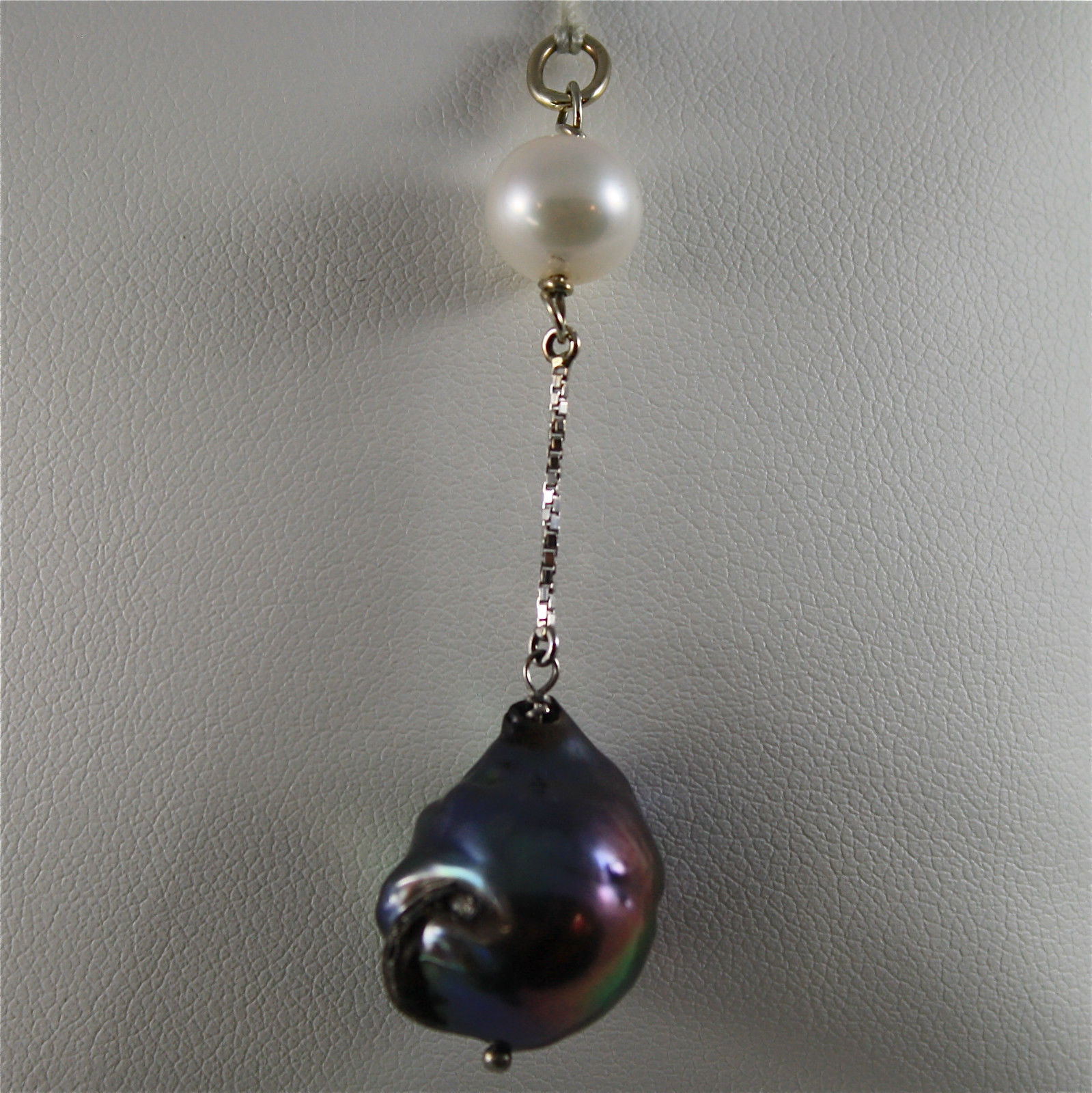SOLID 18K WHITE GOLD PENDANT, 2,32 In, WHITE ROUND PEARL & BLACK BAROQUE PEARL.